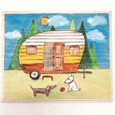Kutyák és lakókocsi festmény fatáblán